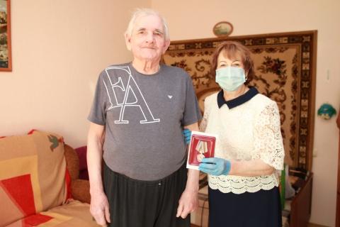 Лариса Максимова вручила юбилейную медаль рязанскому ветерану