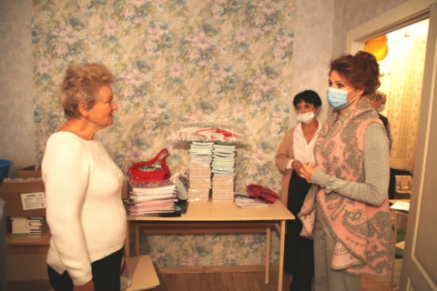 Юлия Рокотянская передала канцтовары многодетным семьям